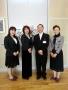 左から萩本、真舟小学校の間宮校長、石渡教頭、校歌作詞の砂川さん